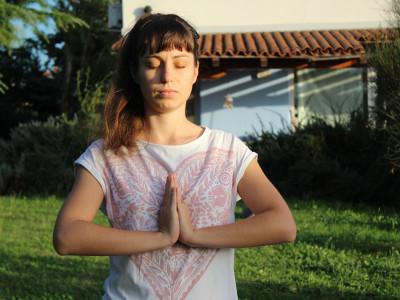 9 jogijskih vaj za spodbujanje zdravja prsi – pomembna preventiva tako za ženske kot moške!