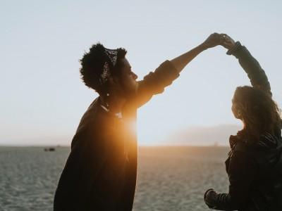 Kaj se dogaja na energijskem nivoju, ko plešemo z nekom – na plesišču ali skozi življenje?