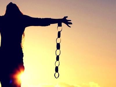 Če želimo svobodo in osebno moč, se moramo najprej odpovedati vlogi žrtve