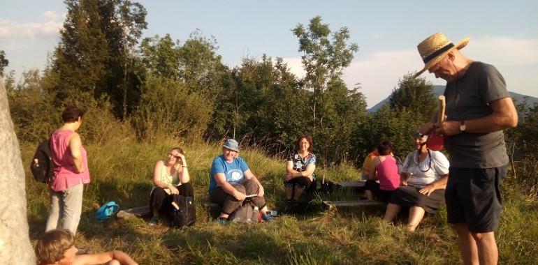 Jesenski vikend : Ljubeče povezani v objemu narave