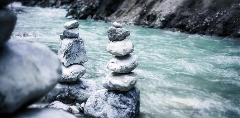 Sprehod skozi življenje in meditacija z bobnom ob reki na predvečer prebojev
