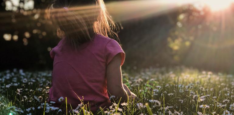 Otroci in prizemljevanje - kako otroku pomagati, da postane bolj čuječno prisoten?