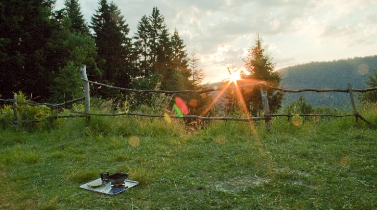 OČIŠČEVANJE IN RAZSTRUPLJANJE  S SHAT KRIYAMI: medijski in internetni post v čudoviti naravi na Smolniku