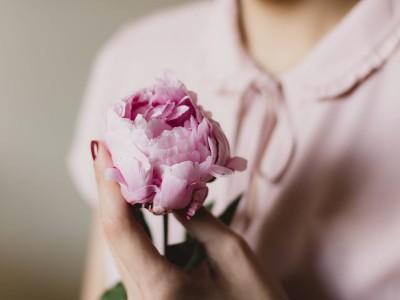 Kako biti ženska, ki dobi to, kar želi, v odnosu z moškim ... in pri tem ostane mehka in ženstvena
